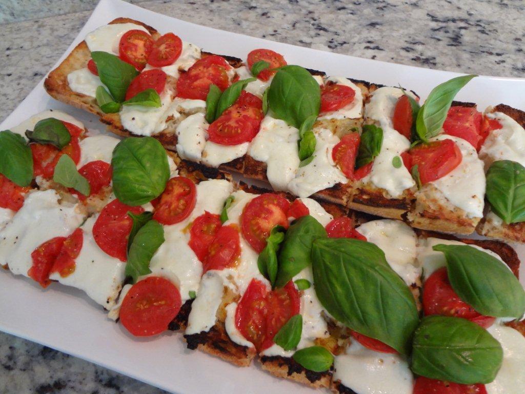 1. Tartine caprese: pâine prăjită cu brânză de capră sau mozzarella, roşii proaspete sau călite în tigaie cu puṭin ulei şi usturoi, frunze proaspete de busuioc