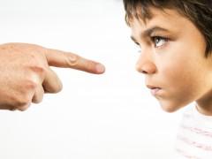 5 greseli frecvente pe care le faci în relația cu copilul tău îndărătnic