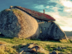 Casa construită în întregime din piatră există! Nu, nu în Bedrock, în Portugalia