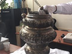 Această candelă, ce s-a dat la Sveti Gheorghie cel Nou, luminează locul unde odihnesc oasele fericitului Domn Io Constantin Brâncoveanu Basarab Voievod.