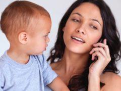 Ce se întâmplă când părinții uită de copii în favoarea smartphone-ului?