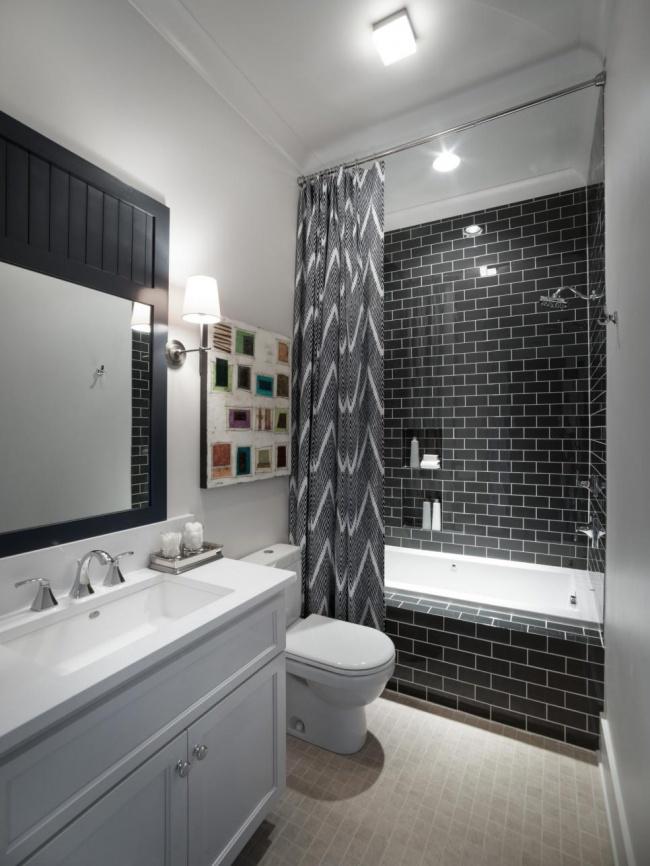 O predea de duș mai lungă face baia să pară mai spațioasă. Utilizeaza aceeași idee pentru a obține iluzia unui tavan înalt în baie; atârnă perdeaua de duș cât mai apropate de tavan.