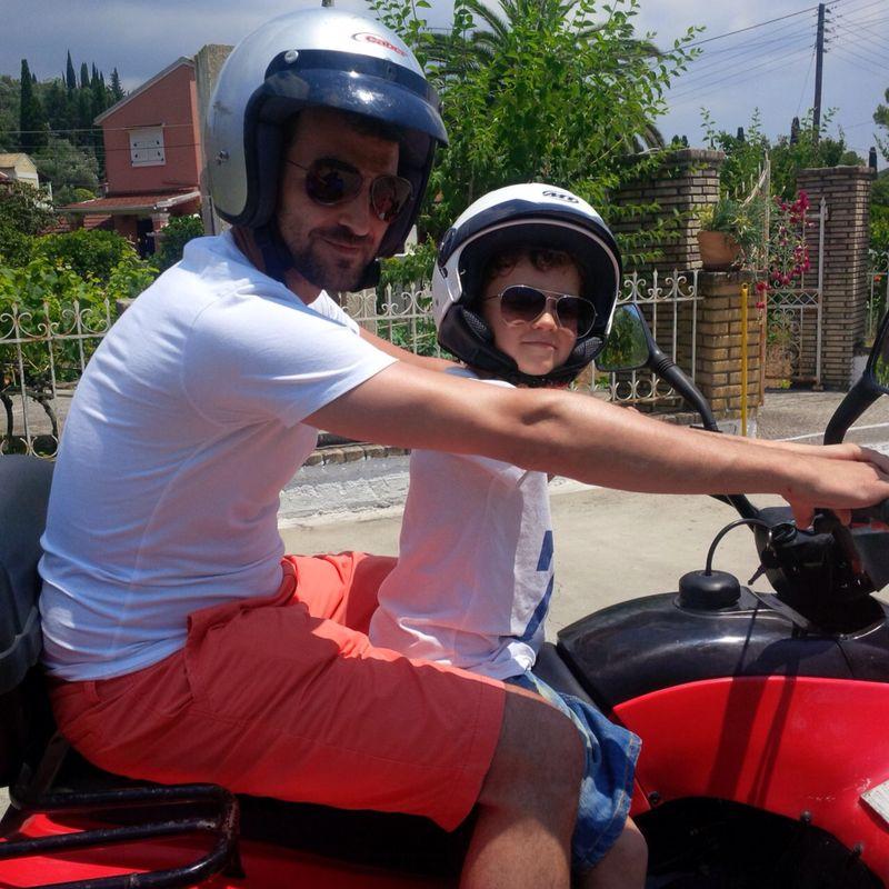 Andrei Aradits si fiul sau, Eric, in vacanta in Corfu