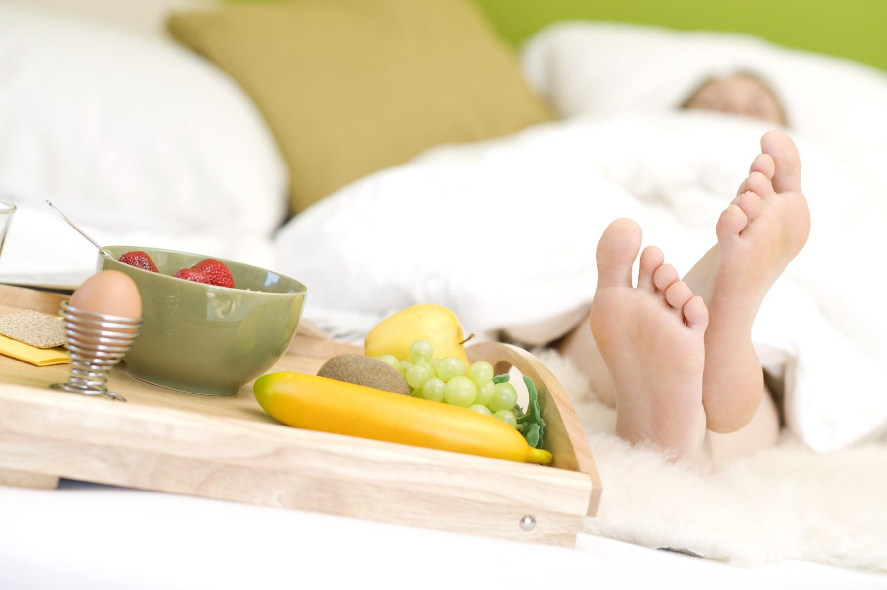 Frühstück am Bett, Zehen unter der Bettdecke - breakfast in bed