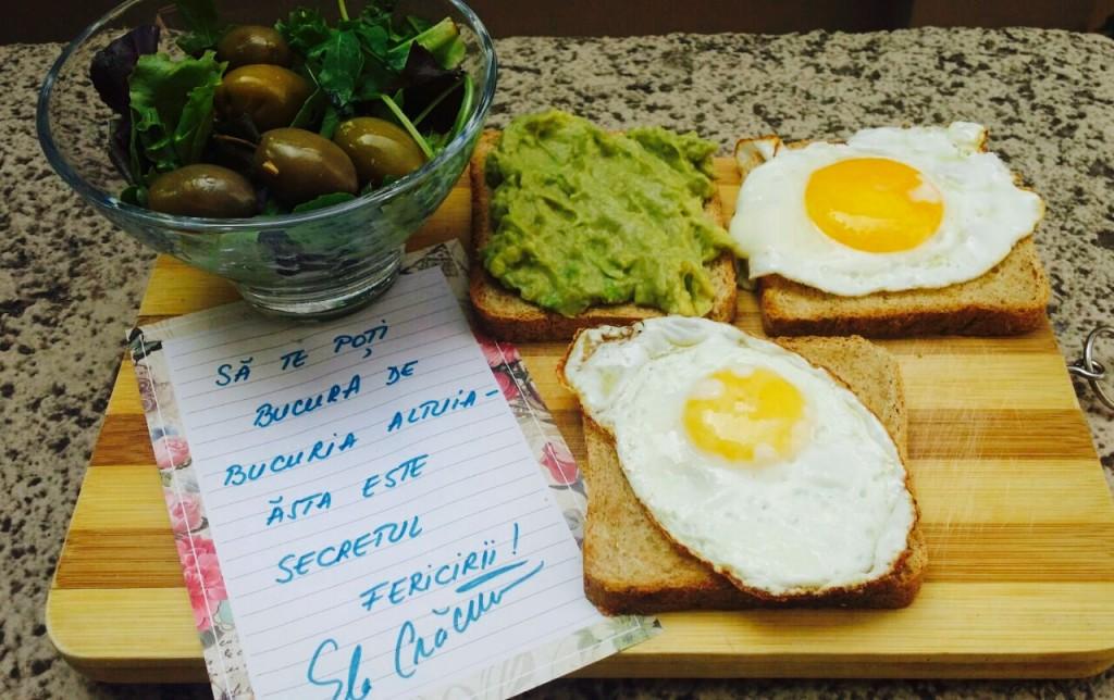 Mic-dejun cu ou și avocado