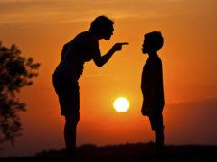 Semne că ești un părinte toxic și nici măcar nu îți dai seama de asta