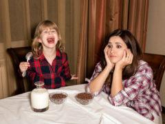 Sfatul specialistului: dăm sau nu cereale cu lapte copiilor?