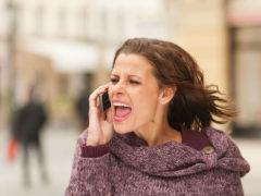 8 lucruri RUȘINOASE pe care le fac femeile ÎN PUBLIC
